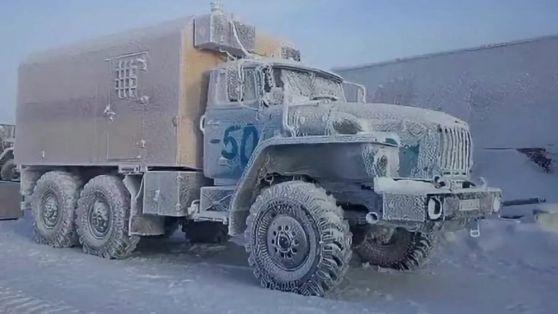 замерзшие машины в Якутии